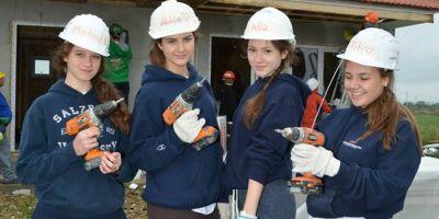 FOTO O scoala de top din Europa si-a trimis elevii la munca in Romania. Pasaportul universitatilor de renume se obtine pe santier