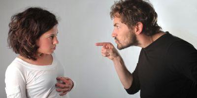 Unui botosanean i s-a interzis legal sa mai vorbeasca cu sotia sa, desi locuiesc in aceeasi casa. Daca scoate un singur cuvant in fata nevestei, face puscarie