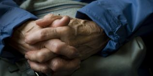 Boala Parkinson: peste 72.000 de romani diagnosticati cu boala neurologica. Varsta la care apare, tot mai mica