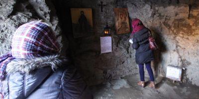 FOTO Minunea de langa mormantul lui Arsenie Boca, de la Prislop. Pestera nestiuta in care a trait calugarul Ioan, devenit sfant pentru ortodoxie