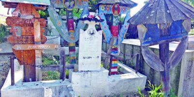 FOTO VIDEO Al doilea cimitir vesel din Romania se gaseste in Olt. Crucile sunt colorate in culorii vii si sunt acoperite cu