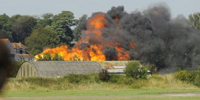 FOTO VIDEO Cel putin sapte morti dupa prabusirea unui avion care participa la un show aviatic, in sud-estul Angliei
