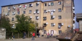 Blocul din Cugir cu zeci de antene satelit in care locuieste 4% din populatia orasului