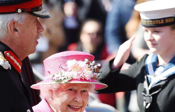 Regina Angliei, surprinsa de o camera video in timpul unei discutii neoficiale