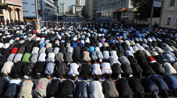 Imagini SOCANTE: Strazile Moscovei INVADATE de zeci de mii de MUSULMANI. Capitala Rusiei este cel mai mare oras ISLAMIC din Europa: 2 MILIOANE de musulmani. ASTA vrem la Bucuresti?