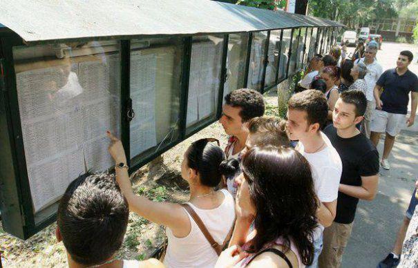 Elevii din Bucuresti care au obtinut media 10 la Bacalaureat si la Evaluarea nationala vor primi cate 1.000 de lei