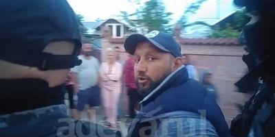 VIDEO Descinderi cu mascati pentru gasirea a doi frati acuzati de sechestrarea unui barbat.