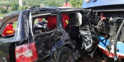 FOTO Cinci morti dupa ce un autoturism a fost lovit de tren la doi pasi de Bistrita. Printre victime se numara si doi minori