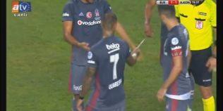 VIDEO Nebunie in Turcia, sub ochii lui Lucescu! Fanii au aruncat cu un cutit spre un fotbalist al rivalei, apoi au intrat pe teren sa-l linseze