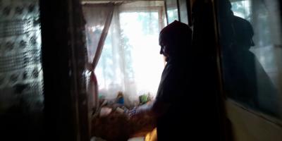 VIDEO Batrana care traieste printre gandaci, sobolani si gunoaie. Vecinii au asaltat primaria cu reclamatii