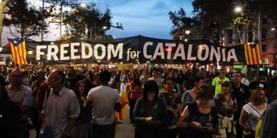 Zi tensionata in Catalonia. Carles Puigdemont este presat sa convoace alegeri anticipate. Mii de oameni au iesit in strada
