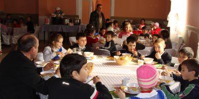 Guvernul a aprobat asigurarea unei mese calde pentru elevii din alte 50 de scoli. Doar in 0,5% dintre unitatile scolare se va aplica acest program