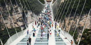 VIDEO Podul din sticla pe care doar cei tari de inima au curajul sa calce