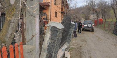 FOTO VIDEO Autoritatile au evacuat mai multe familii in urma unei alunecari de teren in Valeni Dambovita
