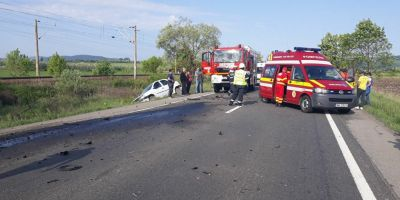 Impact violent intre un microbuz si doua autoturisme pe DN17. O persoana in stare grava este preluata de elicopterul SMURD