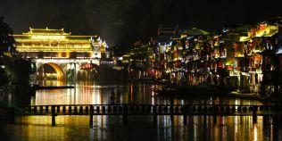 VIDEO Spectaculosul pod din China, de pe care risti sa cazi in apa la fiecare pas