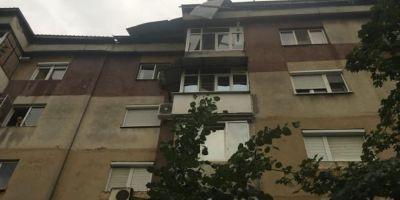 VIDEO Vijelia a smuls acoperisul unui bloc din Craiova ca pe o coala de hartie: